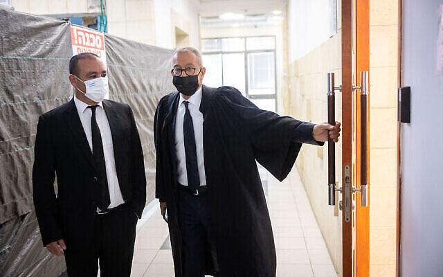 L'avocat de l'ancien Premier ministre Benjamin Netanyahu, Boaz Ben Tzur (d), et l'avocat Jack Chen arrivent au tribunal de district de Jérusalem pour une audience, le 29 septembre 2021. (Crédit : Yonatan Sindel/Flash90)