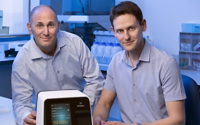 Les fondateurs de MeMed Diagnostics, le Dr Kfir Oved et le Dr Eran Eden. (Crédit : autorisation)