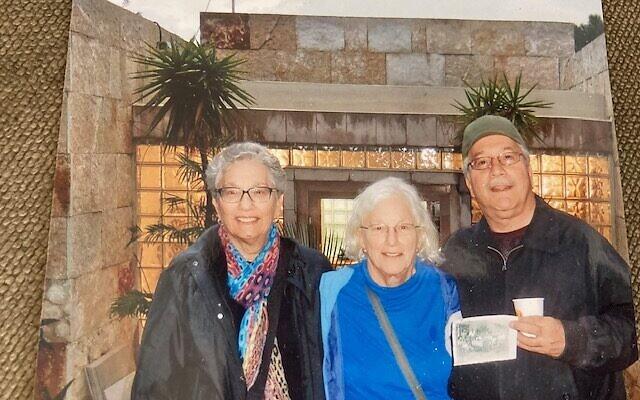 De gauche à droite, Gila De Kay, Hanna et Jona Goldschmidt cherchent, avec leurs cousins, à récupérer le tableau   de Lovis Corinth, qui a été dérobé  à leurs leurs grands-parents assassinés. (Crédit : courtoisie de la famille Goldschmidt)
