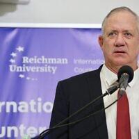 Le ministre de la Défense Benny Gantz s'exprime lors d'une conférence sur la lutte contre le terrorisme à l'université Reichman à Herzliya, le 12 septembre 2021. (Crédit : Ronen Topelberg)