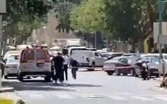 La police sécurise la zone près d'une banque à Haïfa où une femme a menacé de faire exploser un gilet explosif, le 2 septembre 2021. (Capture d'écran/Twitter)