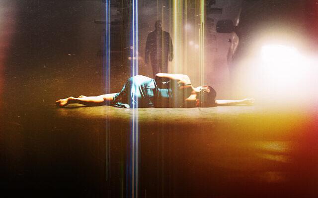 """Extrait de """"Hit and Run"""", la nouvelle série Netflix créée par les créateurs de """"Fauda"""" Avi Issacharoff et Lior Raz, dont la première a eu lieu le 6 août 2021. (Crédit : autorisation : """"Hit and Run"""")"""