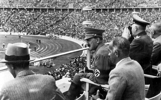 Joseph Goebbels, le chancelier allemand Adolf Hitler, le chef des sports du Reich Hans von Tschammer und Osten et le Generalfeldmarschall Werner von Blomberg observent les Jeux olympiques à Berlin, en Allemagne, en août 1936. (Crédit : Photo AP)