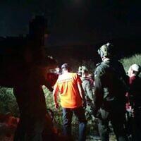Les forces de recherche et de sauvetage extraient un soldat de Tsahal tombé dans un trou lors d'un exercice d'entraînement nocturne dans le centre d'Israël, le 22 septembre 2021. (Crédit : Unité de recherche et de sauvetage d'Etzion)