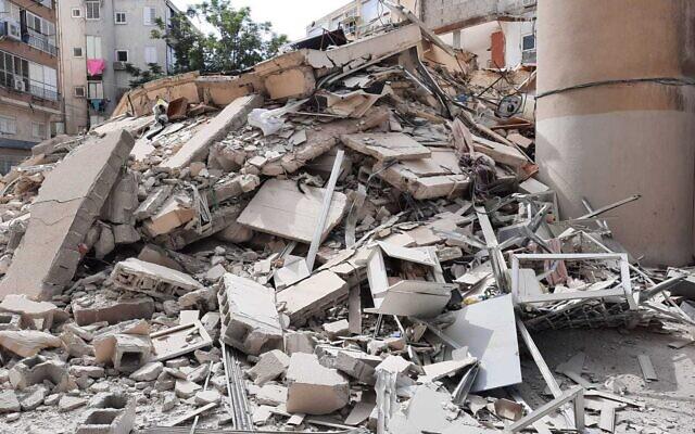 Le lieu de l'effondrement d'un immeuble d'habitation à Holon le 12 septembre 2021. (Crédit : Services d'incendie et de secours)