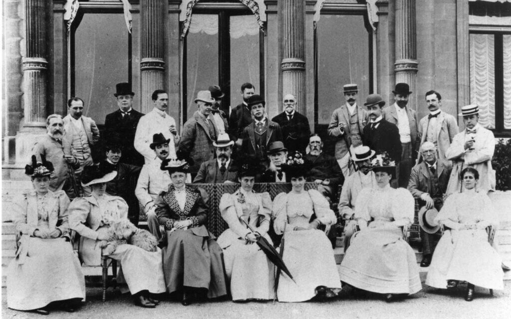 Des invités posent pour une photo lors d'une fête d'une semaine chez les Rothschild qui a été donnée cette fois pour le prince de Galles, au mois de juillet 1894. (Crédit : 'Acc. no. 1099.1995.9 / Waddesdon Image Library)