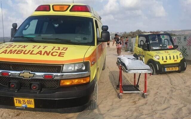Illustration : Des ambulances sur une plage près de Zichron Yaakov. (Crédit : Magen David Adom)