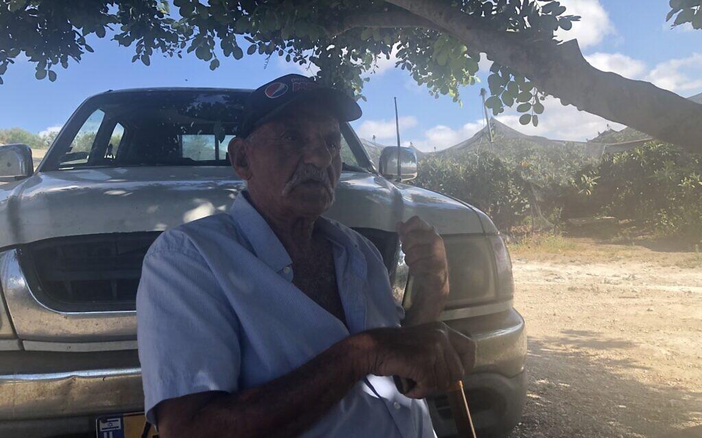 Amiram Moierman, 85 ans, cultivateur de fruits de toute une fois qui se bat contre la proposition du gouvernement sur les taxes douanières sur les importants, dans son verger du Moshav Karmei Yosef au mois de juin 2021. (Crédit : Jessica Steinberg/Times of Israel)