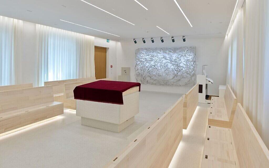 Une vue intérieure de la nouvelle synagogue de Potsdam, en Allemagne. (Crédit : Eric Tschernow/ via JTA)