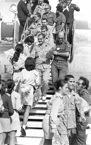 Des prisonniers israéliens débarquent en Israël après un échange de prisonniers de guerre suite à la guerre du Kippour, le 15 novembre 1973. (Crédit : Avi Simchon/Bamahane/Defense Archive)