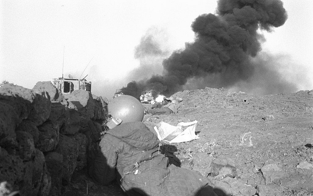 Un soldat israélien se met à l'abri dans la péninsule du Sinaï pendant la guerre du Kippour, le 6 octobre 1973. (Crédit : Uzi Keren/Archives du ministère de la Défense)