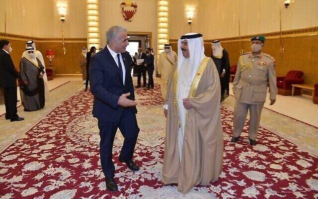Le ministre des Affaires étrangères Yair Lapid rencontre le roi de Bahreïn Hamid bin Issa al Khalifa dans son palais de Manama, le 30 septembre 2021. (Crédit : Shlomi Amsallem/GPO)