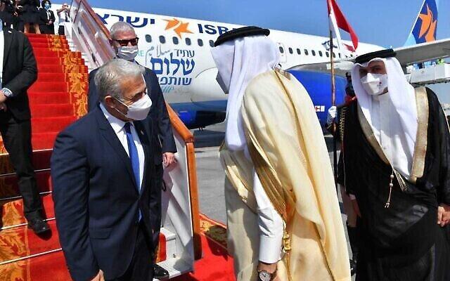 Le ministre des Affaires étrangères Yair Lapid (à gauche) est reçu par son homologue bahreïni Abdullatif Al Zayani à l'aéroport de Manama, Bahreïn, le 30 septembre 2021. (Crédit : Shlomi Amsalem/GPO)