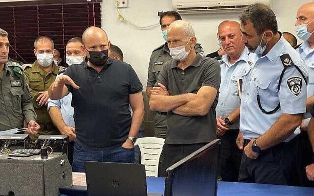 Le Premier ministre Naftali Bennett, à gauche, et le ministre de la Sécurité intérieure Omer Barlev avec les commandants de la police pendant la traque des six prisonniers palestiniens évadés de la prison de Gilboa, le 11 septembre 2021. (Crédit : Police israélienne)