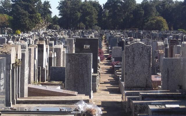 Le cimetière juif de La Tablada à Buenos Aires, en Argentine, en 2013. (Crédit : Wikimedia Commons/Dario Alpern)