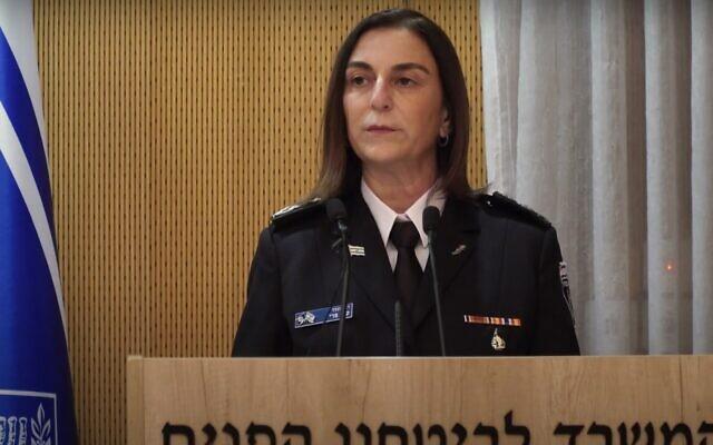 Katy Perry, commissaire de l'administration pénitentiaire israélienne (Crédit : capture d'écran/YouTube)
