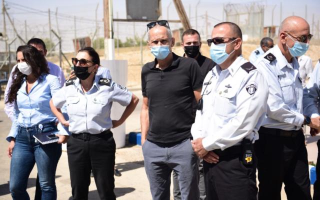 Le ministre de la Sécurité Publique Omer Barlev visite la prison de Ketziot dans le sud d'Israël, le 9 septembre 2021. (Crédit : Service pénitentiaire israélien)