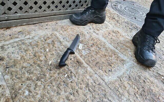 Un couteau utilisé lors d'une attaque présumée à l'arme blanche dans la vieille ville de Jérusalem, le 30 septembre 2021. (Crédit : Police israélienne)