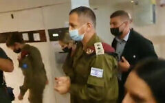 Le chef d'état-major de Tsahal, Aviv Kohavi, au Rambam Health Care Campus de Haïfa, le 27 septembre 2021. (Crédit : capture d'écran vidéo)