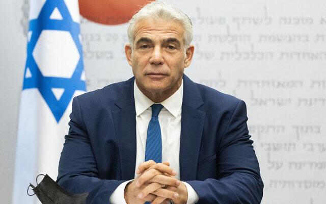 Le ministre des Affaires étrangères Yair Lapid dirige une réunion de la faction Yesh Atid à la Knesset à Jérusalem, le 2 août 2021. (Crédit : Yonatan Sindel/Flash90)