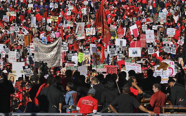 Des milliers d'enseignants en grève de Los Angeles Unified se rassemblent devant l'hôtel de ville de Los Angeles, le mardi 22 janvier 2019. (Crédit : AP/Richard Vogel)