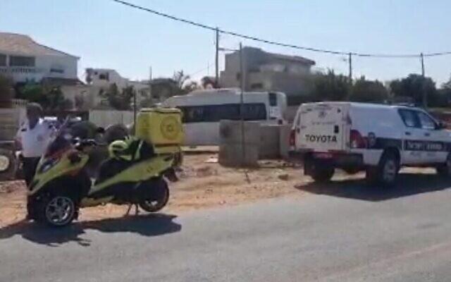 La scène à Nahariya où un véhicule a foncé dans un poste de contrôle de la police, le 21 septembre 2021 (Crédit : capture d'écran/Magen David Adom)