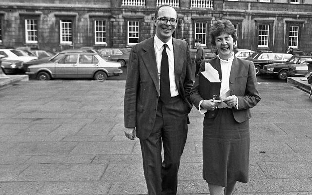 Le défunt ministre Mervyn Taylor et la députée Nuala Fennell devant le bâtiment principal à Dublin, en Irlande, le 4 novembre 1982. (Crédit : Independent News And Media/Getty Images via JTA)