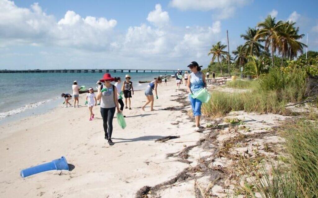 Des volontaires à Miami, en Floride, participent à un Tashlich inversé sur cette photo non datée. (Autorisation)