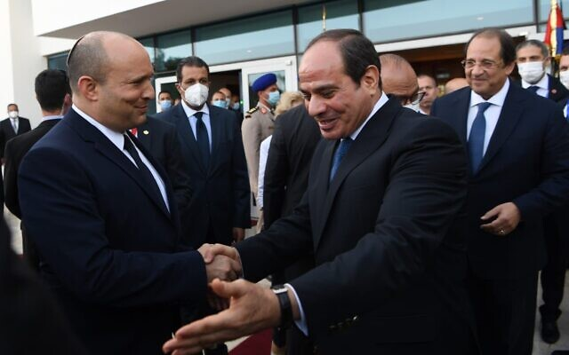Le Premier ministre Naftali Bennett, à gauche, et  le président  Abdel-Fattah el-Sissi se rencontrent à Sharm el-Sheikh, le 13 septembre 2021. (Crédit : Kobi Gideon/GPO)
