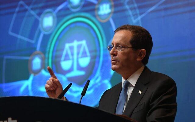 Le président Isaac Herzog lors de l'ouverture de la dixième conférence annuelle de l'Association du barreau israélien à Tel Aviv, le 2 septembre 2021. (Crédit : Amos Ben Gershom/GPO.)