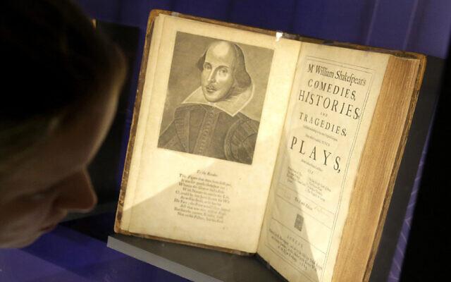Une caisse contenant des éditions du 17e siècle de pièces de théâtre attribuées à William Shakespeare à la Boston Public Library, à Boston, Massachusetts, le 11 octobre 2016. (Crédit : Steven Senne/AP)