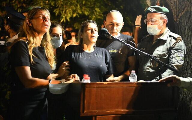 La mère de l'officier de la police des frontières Barel Hadaria Shmueli s'exprime lors de ses funérailles à Tel Aviv le 30 août 2021. Shmueli est mort neuf jours après avoir reçu une balle dans la tête lors d'émeutes à la frontière de Gaza. (Crédit : Porte-parole de la police)
