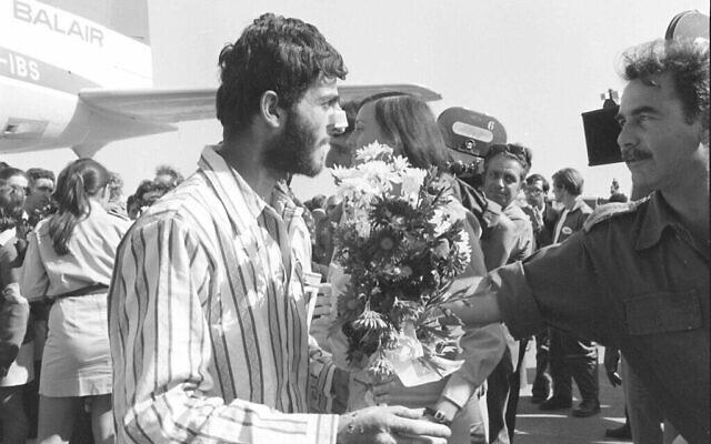 Des prisonniers Israéliens atterrissent en Israel après un échange de prisonniers de guerre des suites de la guerre du Kippur  le 15 novembre  1973. (Crédit : Avi Simchon/Bamahane/Defense Archive)