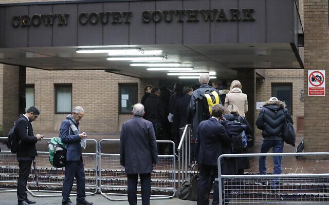 Illustration : Des personnes font la queue pour entrer dans la Southwark Crown Court à Londres, le 9 janvier 2017. (Crédit : AP Photo/Frank Augstein)