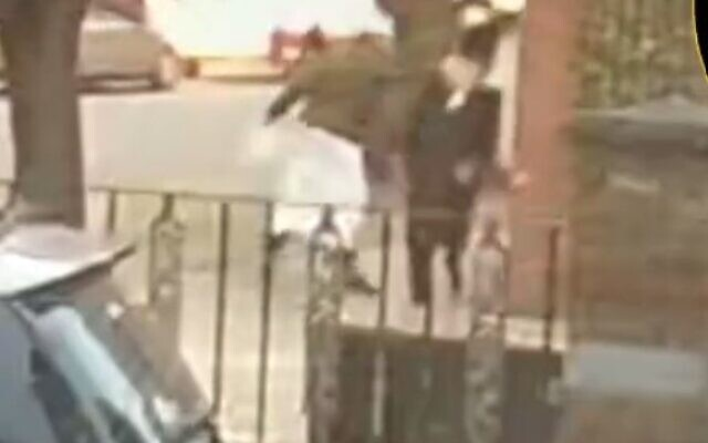 Un homme en tenue traditionnelle musulmane frappe un homme ultra-orthodoxe dans la rue, dans le quartier très juif de Stamford Hill (Crédit : Screenshot/Twitter).