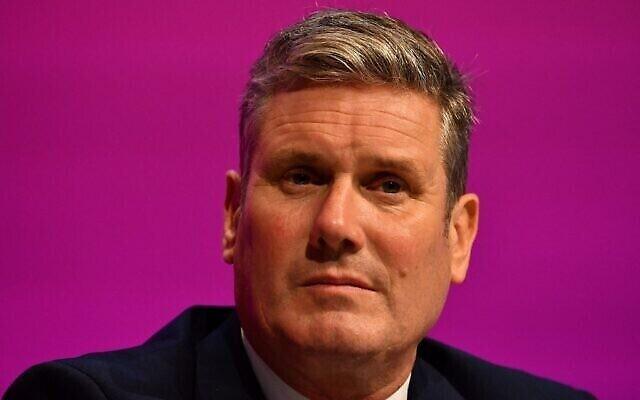 Le leader du parti travailliste britannique Keir Starmer est assis sur la scène lors de la journée d'ouverture de la conférence annuelle du parti à Brighton, sur la côte sud de l'Angleterre, le 25 septembre 2021. (Crédit : Justin Tallis/AFP)