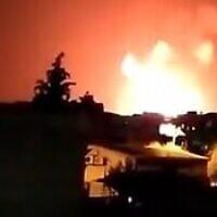Illustration : Des explosions sont visibles dans la ville syrienne de Salamiyah le 24 juin après une frappe aérienne (Crédit : capture d'écran vidéo).