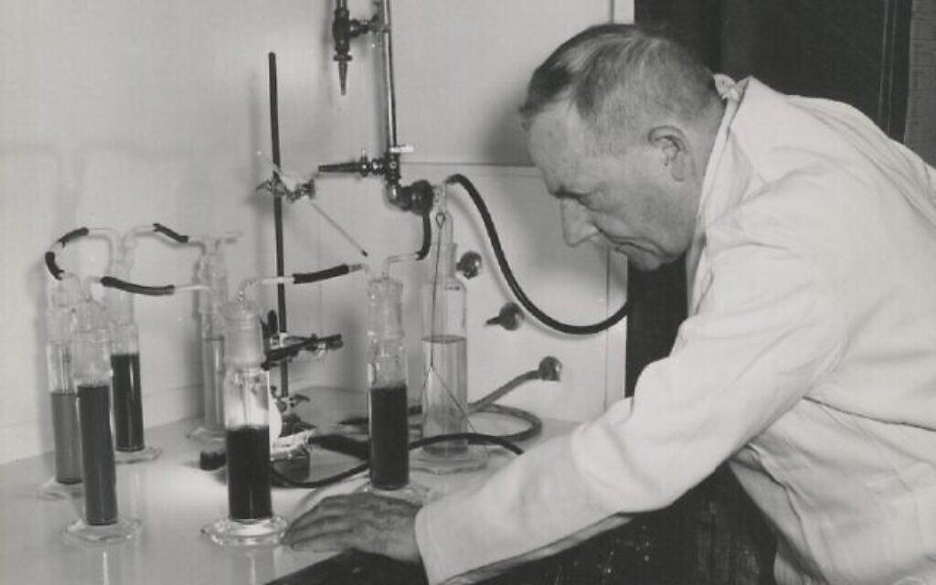 Otto Warburg au travail. (Crédit : Archive de Frederic Burk)