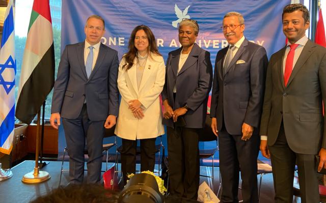 Les ambassadeurs  Gilad Erdan (Israël), Lana Nusseibah (EAU), Linda Thomas-Greenfield (États-Unis) , Omar Hilale (Maroc)  et Jamal Al Rowaiei (Bahreïn) lors d'une cérémonie organisée pour le premier anniversaire des accords d'Abraham, à New York, le 13 septembre 2021. (Crédit : Jacob Magid/ Times of Israel)