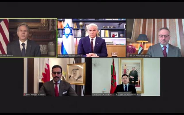 De gauche à droite dans le sens des aiguilles d'une montre : Le secrétaire d'État américain Antony Blinken, le ministre des Affaires étrangères Yair Lapid, le conseiller diplomatique des EAU Anwar Gargash, l'ambassadeur de Bahreïn aux États-Unis Sheikh Abdullah bin Rashid al-Khalifa et le ministre marocain des Affaires étrangères Nasser Bourita lors d'une visioconférence fêtant le premier anniversaire des Accords d'Abraham, le  17 septembre 2021. (Capture d'écran/YouTube)