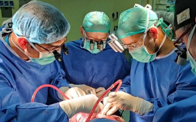 Une partie de l'équipe médicale qui a séparé des siamois à l'hôpital Soroka de Beer Sheva. (Autorisation : Hôpital Soroka)