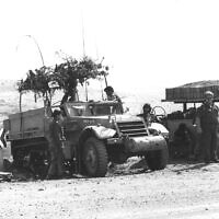 Une souccah perchée sur un véhicule militaire pendant la guerre de Yom Kippour. (Autorisation : Nathan Fendrich/Pritzer Family National Photography Collection at the National Library of Israel)