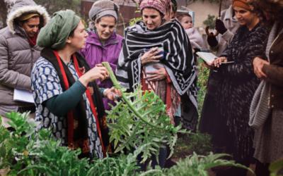 Talia Schneider (à l'extrême gauche), experte en permaculture et enseignante de la shmitta, avec quelques élèves dans le jardin, avant le début de l'année sabbatique de la terre, le jour de Rosh Hashanah 2021. (Crédit : autorisation : Talia Schneider)