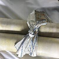 Un rouleau de la Torah volé par les nazis à une congrégation tchèque, exposé au Memorial Scrolls Trust à Londres. (Crédit : avec l'aimable autorisation de l'Union européenne pour le judaïsme libéral via JTA)