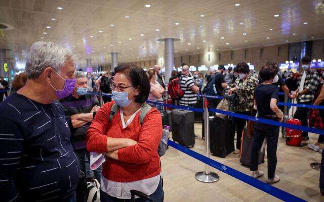 Des voyageurs à l'aéroport international Ben Gurion le 13 septembre 2021. (Crédit : Nati Shohat/FLASH90)