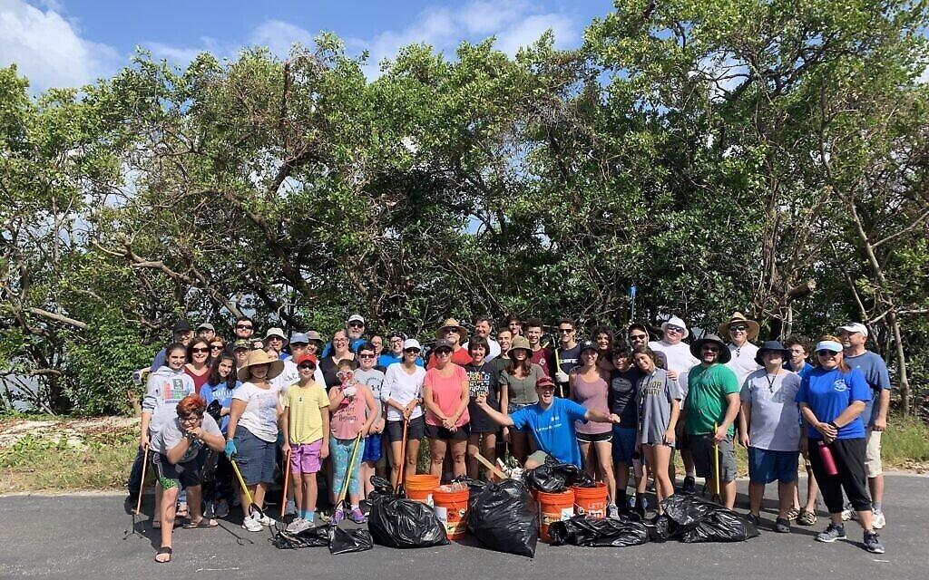 Des volontaires à Tampa, en Floride, participent à un Tashlich inversé sur cette photo non datée.  (Autorisation)