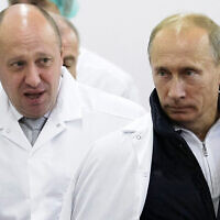 L'homme d'affaires Yevgeny Prigozhin, à gauche, et le président russe Vladimir Putin, à droite, visitent une usine de Prighozin aux abords de Saint Peterbourg, en Russie, le 20 septembre 2010. (Crédit : Alexei Druzhinin/Pool Photo via AP, File)