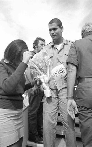 Des prisonniers israéliens atterrissent en Israël après un échange de prisonniers de guerre à la suite de la guerre du Kippour, le 15 novembre 1973. (Crédit : Avi Simchon/Bamahane/Defense Archive)