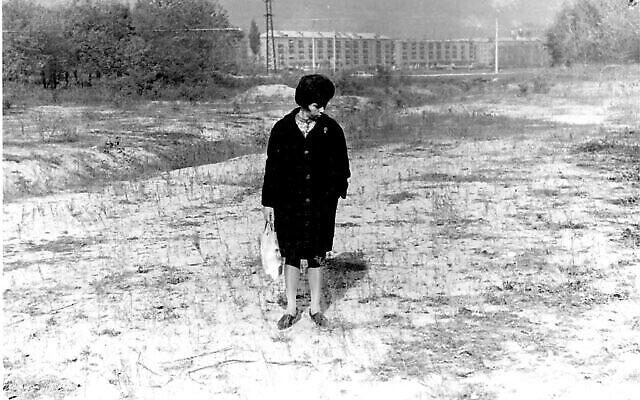 Premiers efforts pour localiser et identifier les restes à Babi Yar en 1966. (Crédit : Joseph Schneider via la Bibliothèque nationale d'Israël)