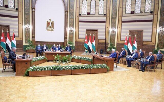 Le président de l'Autorité palestinienne  Mahmoud Abbas rencontre le dirigeant égyptien Abdelfattah El-Sissi et le roi jordanien Abdullah II au Caire, le 2 septembre 2021. (Crédit :  WAFA)